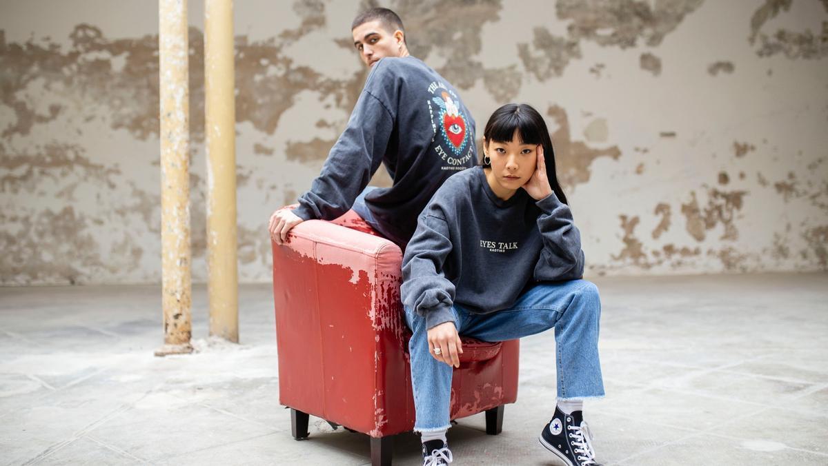 Dos modelos con prendas de la colección 'Genderless' de Kaotiko.