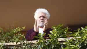 Almodóvar, desde su terraza, aplaude a los sanitarios.
