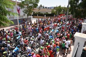 El pelotón de la Vuelta 2018, en Huércal-Overa, ante numerosos aficionados.