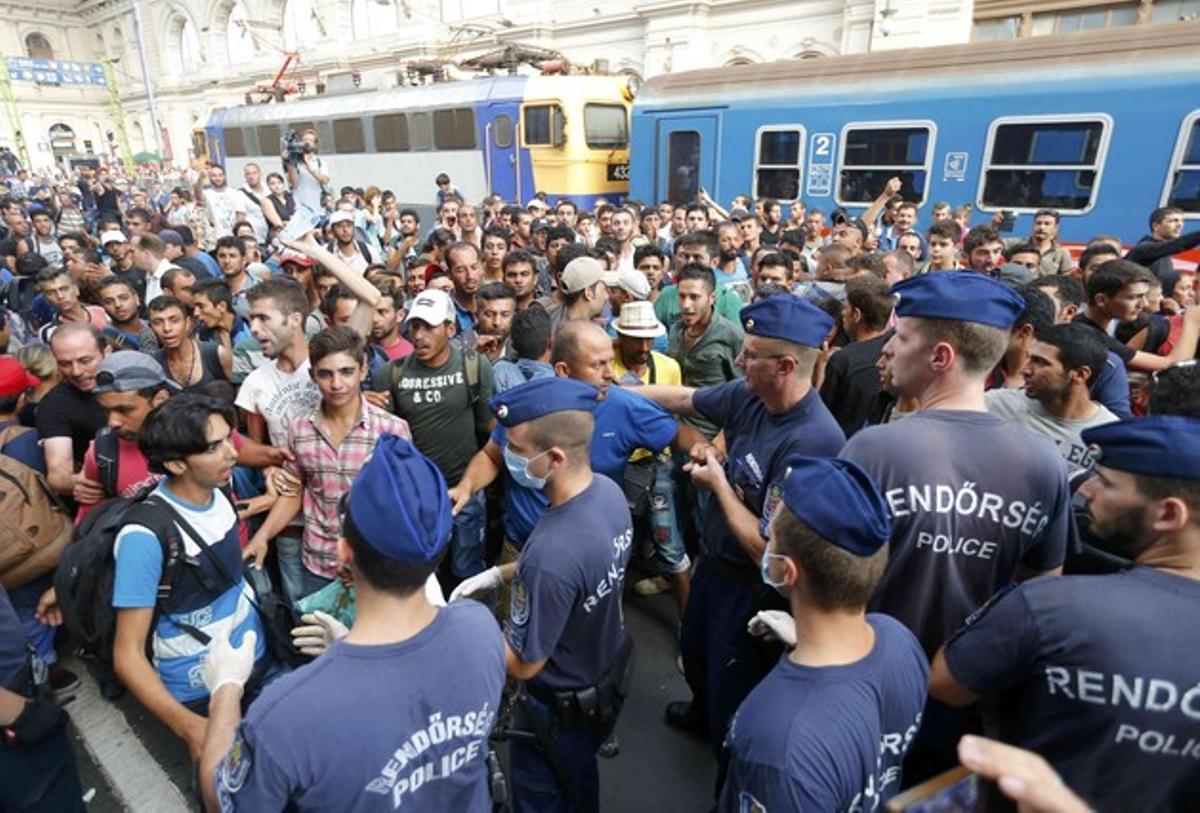 Miles de inmigrantes se enfrentan a la policía húngara en la estación de trenes de Keleti que los agentesla hayancerrado tras intentar desalojarles para impedir que los refugiados puedan llegar a otros países europeos.