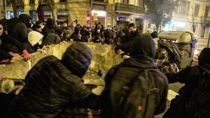 Disturbios en el tercer día de protestas por el encarcelamiento del rapero Pablo Hasél. En la foto, barricadas en la calle de Aragó con Bailén.
