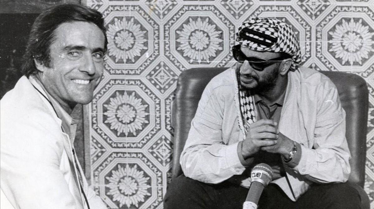 Miguel de la Quadra-Salcedo, durante una entrevista a Arafat.