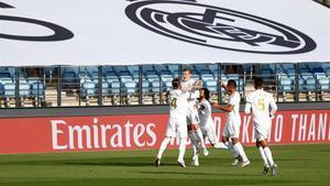Los jugadores del Real Madrid anotan el primer gol en el Alfredo Di Stefano