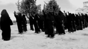 Un grupo de mujeres recibe formación militar en un campo de entrenamiento en Siria.