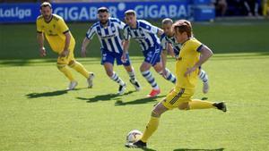Álex Fernández lanza un penalti en el Alavés-Cádiz.