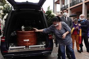GRAF6815. CÓRDOBA, 17/05/2020.- Un coche fúnebre traslada el féretro con los restos mortales de Julio Anguita, líder histórico de IU fallecido ayer sábado en Córdoba tras no superar un problema cardiorrespiratorio, tras la capilla ardiente instalada en el Ayuntamiento de la ciudad andaluza de la que fue primer alcalde, tras la constitución de las corporaciones locales en la democracia hace 40 años. EFE/Rafa Alcaide