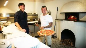 Antonello Belardo y Alessandro Signore, con una pizza recién sacada del horno.