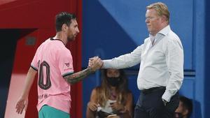 Messi y Koeman se saludan en el amistosoante el Girona.