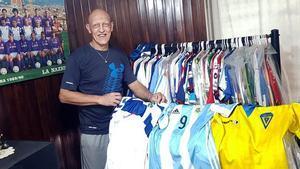 Dertycia, exjugador del Cádiz, Tenerife y Albacete en los años 90, muestra para EL PERIÓDICO su colección de camisetas en su casa de San Antonio de Arredondo, en Argentina.