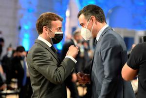 Pedro Sánchez y Emmanuel Macron hablan tras la cumbre de líderes europeos.