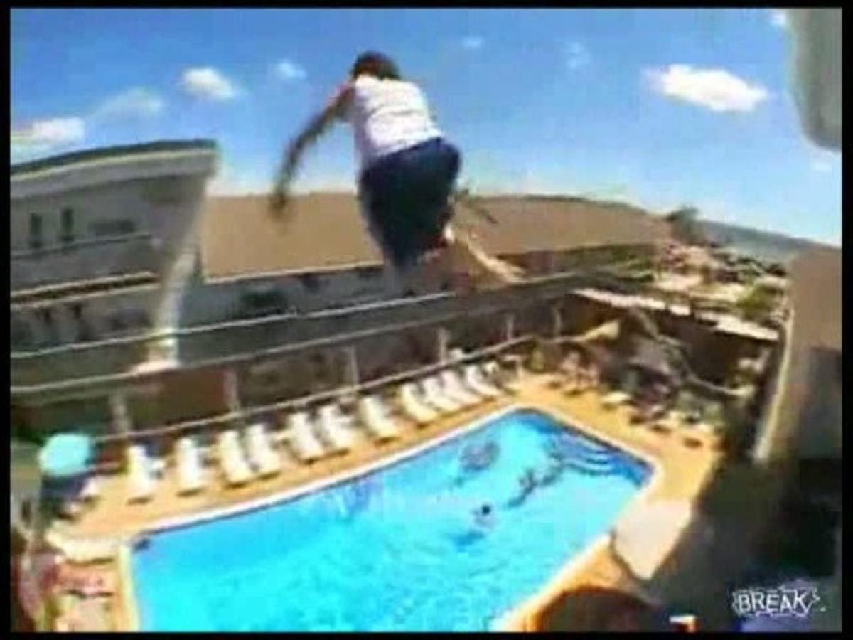 Ocho turistas han muerto en Baleares este año al saltar desde balcones y apartamentos hacia una piscina.