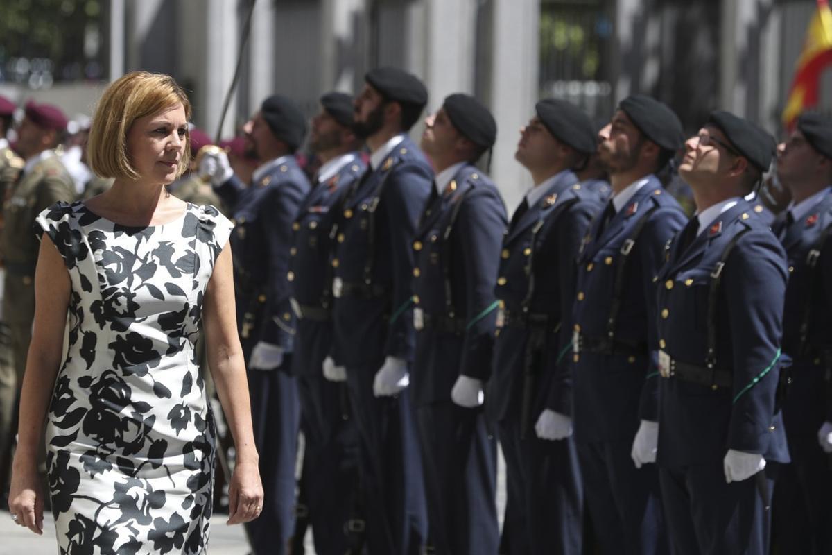 La titular de Defensa, María Dolores de Cospedal, el pasado julio, pasa revista durante un acto para celebrar el 40º aniversario de la creación del ministerio.