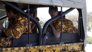 Soldados hutís patrullan en un vehículo por las calles de Sana, este lunes.