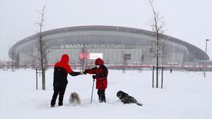 Los exteriores del Wanda Metropolitano, cubiertos de nieve.