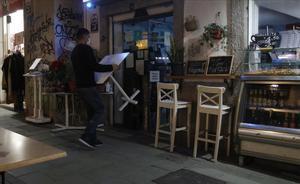 Trabajo dice que no se esperan enormes cambios en los ERTE en la nueva negociación. Así lo explica el secretario de Estado de Trabajo y Economía Social, Joaquín Pérez Rey. En la foto, un camarero recoge las mesas de la terraza de un bar en Palma de Mallorca, a finales de diciembre del 2020.