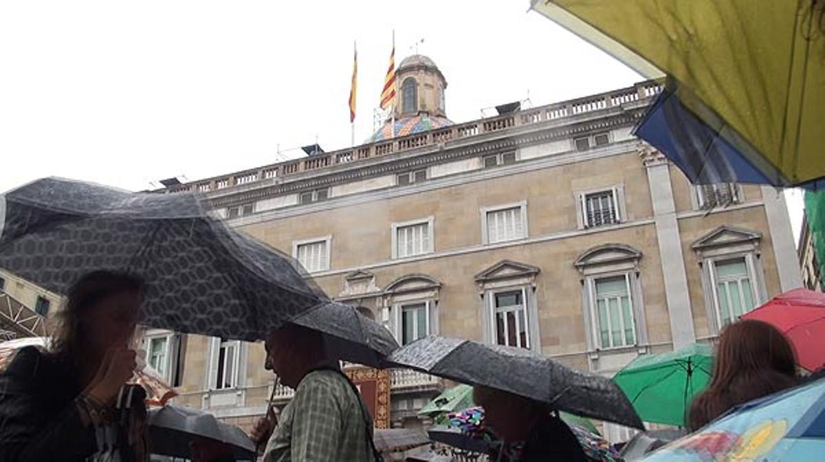 Los barceloneses han participado en los actos de la Mercè durante la mañana pese a la lluvia.