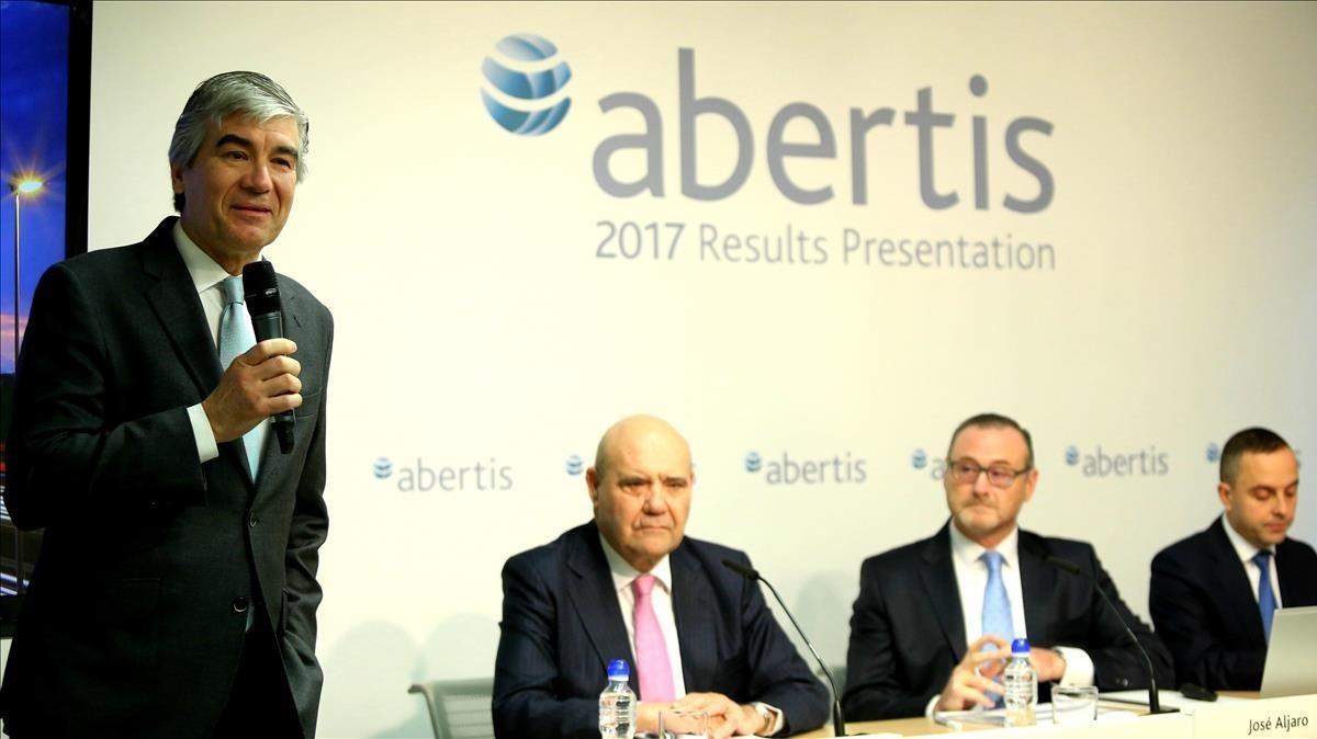 El consejero saliente de Abertis, Francisco Reynes, se despide del cargo en presencia del nuevo director general, José Alfaro (segundo por la derecha) y otros altos cargos de la compañía.