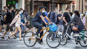 Peatones y ciclistas se cruzan este jueves en el centro de València