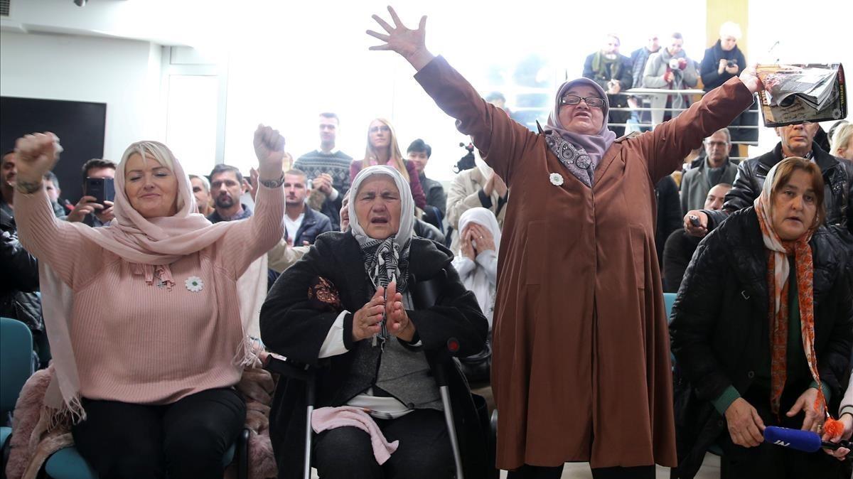 Las mujeres reaccionan mientras miran una transmisión televisiva del juicio contra Ratko Mladic en el Memorial Center Potocari cerca de Srebrenica, (Bosnia y Herzegovina).