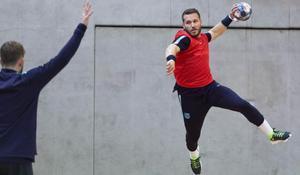 Víctor Tomàs pone a prueba a Pérez de Vargas en un entrenamiento del Barça en Colonia.