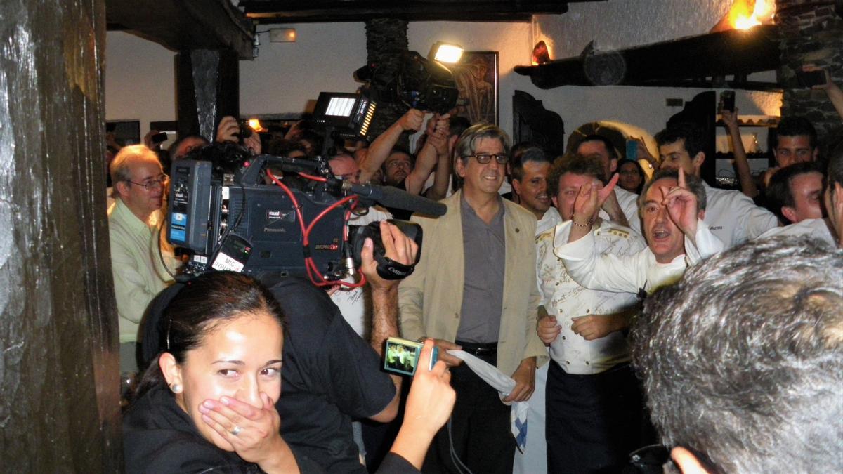 Ferran Adrià y Juli Soler, con todo el equipo de El Bulli, celebran la aparición del último plato.