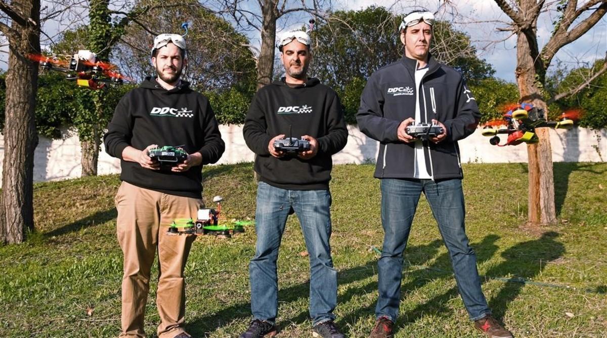 Fernando Abascal, Jordi Murcia y Dani Sáez intentan mantener asus drones de carreras frente a ellos para la foto. No sabemos ir despacio, se ríeJordi. En la frente, las gafas FPV (vista en primera persona) que utilizan para correr. Con ellas ven lo que ve el dron.