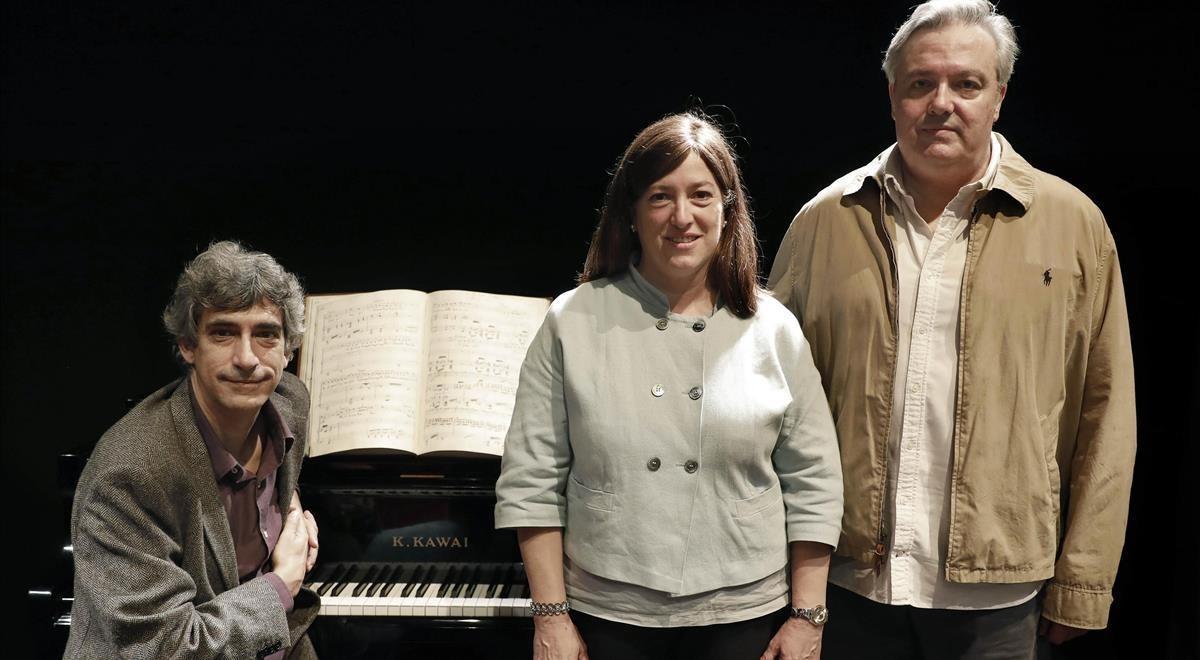 Los descubridores de la partitura perdida de ópera de Maria Lluïsa Casagemas, Maria Teresa Garrigosa y el pianista Francesc Cortés, junto al propietario, Francesc Bofill (derecha).