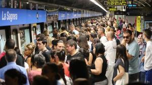 Aglomeraciones en los andenes de la estación de la Sagrera en la línea 5 del metro, el 26 de junio.