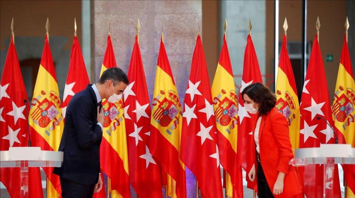 Pedro Sánchez y la presidenta de la Comunidad de Madrid, Isabel Díaz Ayuso, tras reunirse en la sede del gobierno regional el 21 de septiembre.