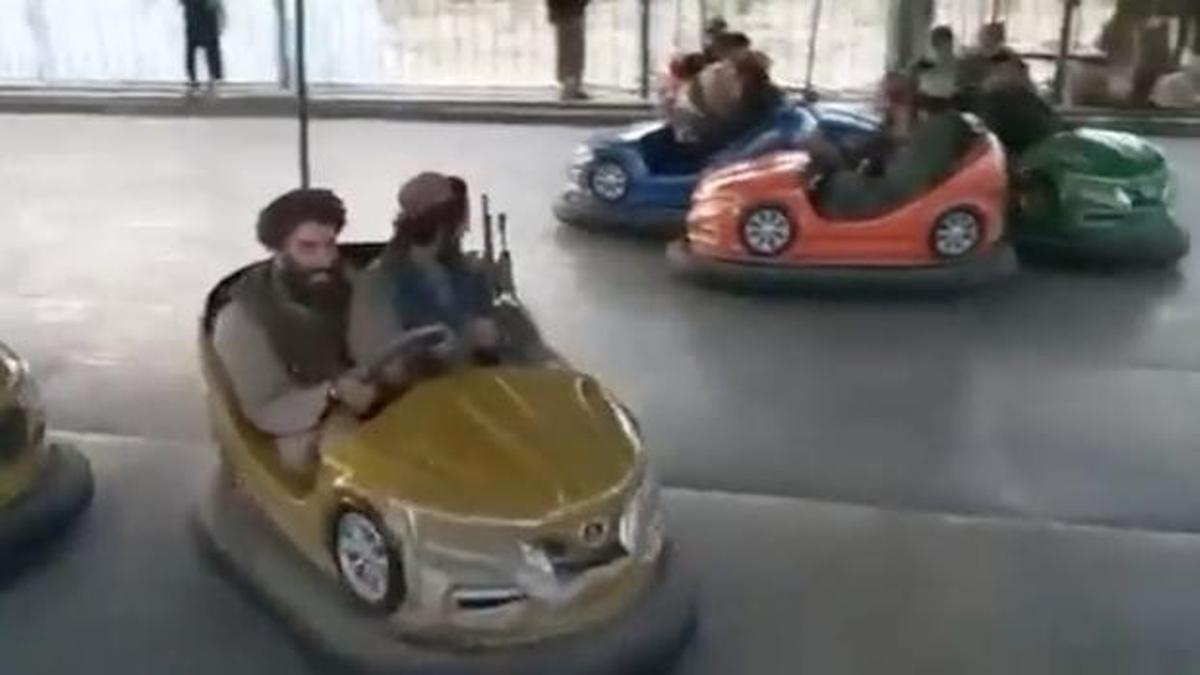 Captura del vídeo en que se ve a dos talibanes en un auto de choque con su fusil.