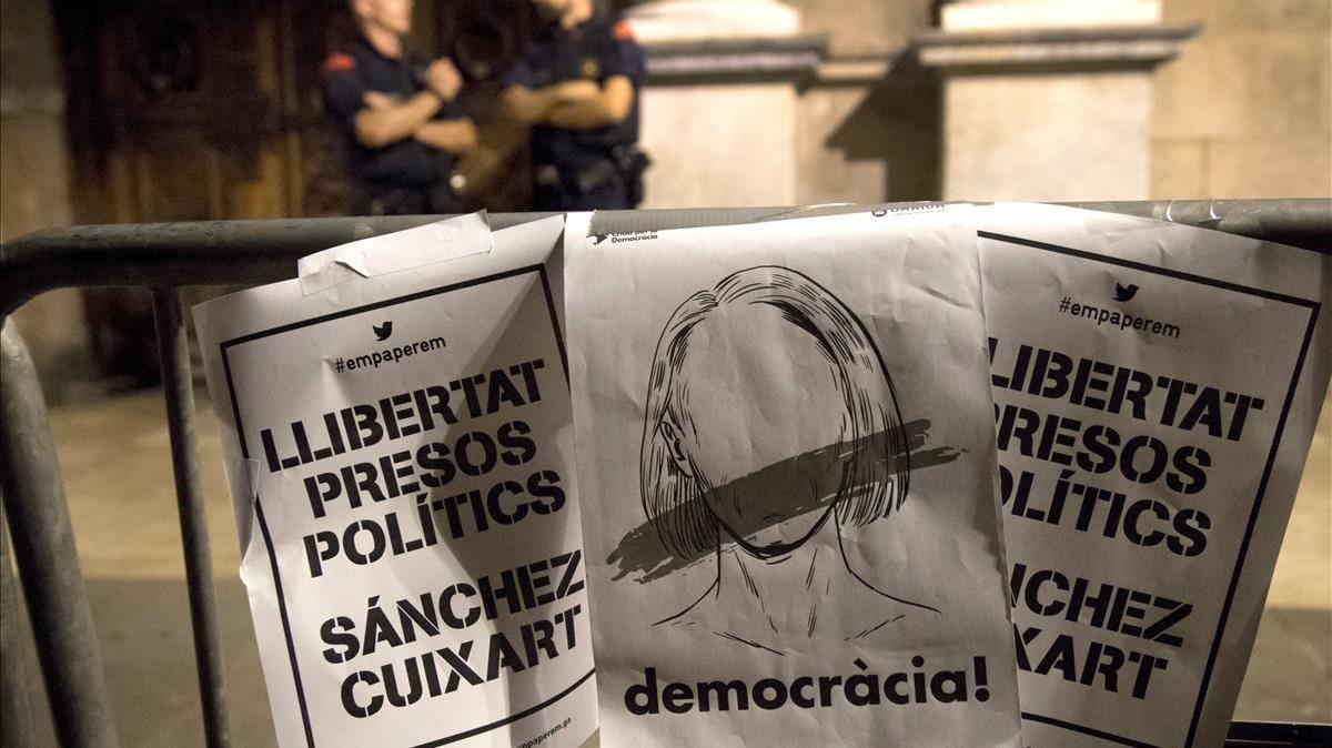 Concentración de protestapor la decisión judicial de encarcelar a los dirigentes de la ANC y Òmnium Cultural, en la plaça Sant Jaume.