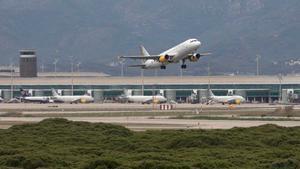 Un avión despega del aeropuerto de Barcelona-El Prat.