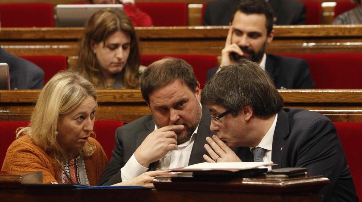 Neus Munté, Oriol Junqueras y Carles Puigdemont, en el Parlament.