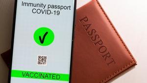 Un 'smartphone' con una aplicación de un pasaporte de inmunidad covid.