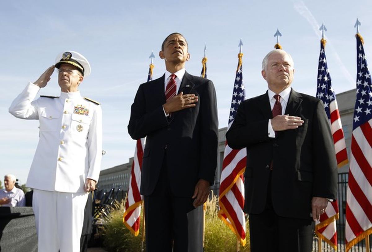 Obama, entre el jefe supremo de las fuerzas armadas, Mike Mullen, y el secretario de Defensa, Robert Gates, en el acto de hoy del Pentágono.