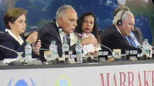 La secretaria general de la UNFCCC, Patricia Espinosa (primera por la izquierda),y a su lado el anfitrión de la cumbre de Marrakech, el ministro marroquíSalahedínMezuar, durante la jornada de clausura.