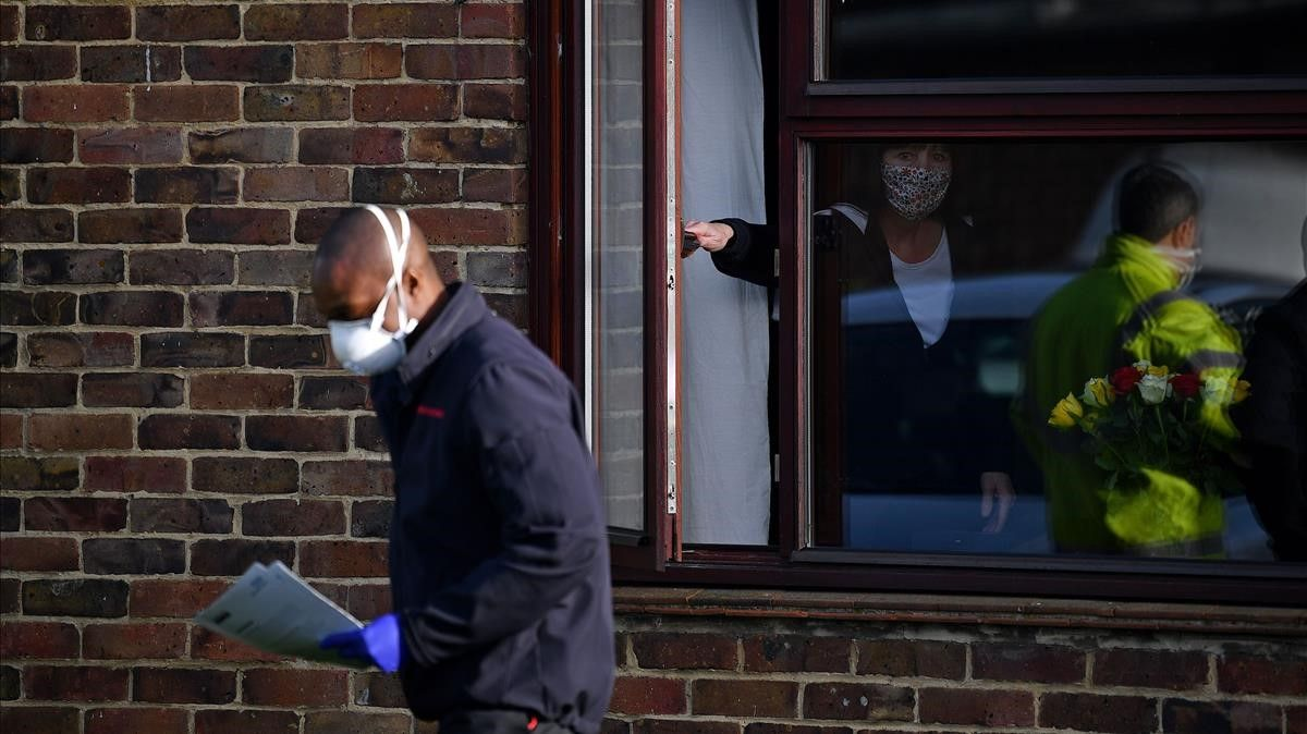 Las autoridades reparten tests rápidos entre los ciudadanos de Kent, una de las localidades donde se ha detectado una nueva mutación del coronavirus.