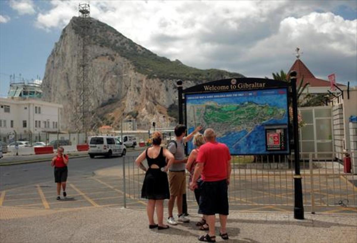 Turistas 8Visitantes británicos consultan un mapa en Gibraltar.