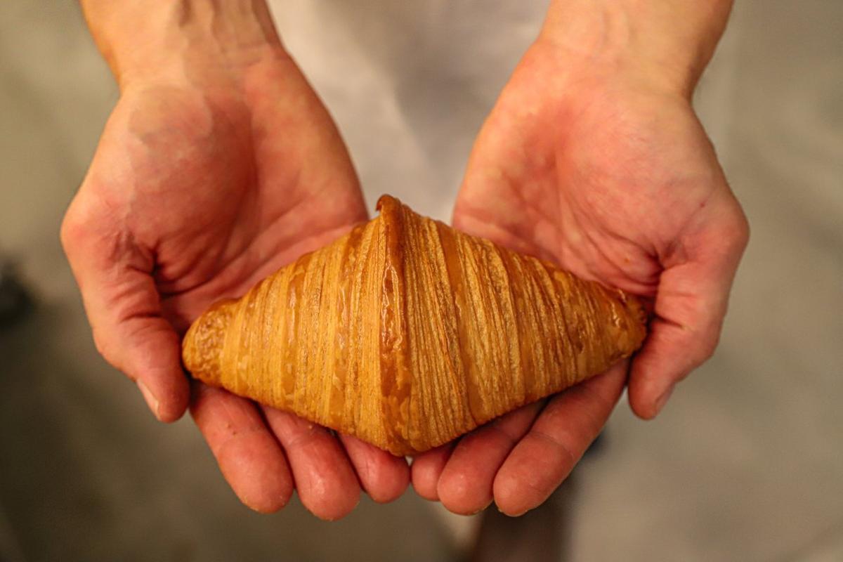Andreu Sayó, de la pastelería Brunells, muestra uncruasán hecho de manera casera.