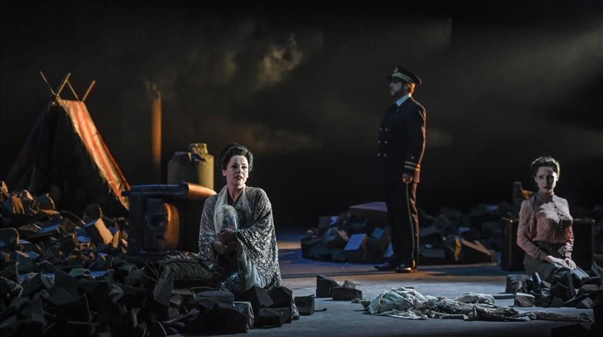 Ensayo general del segundo actode'Madama Butterfly', de Puccini, que el director escénico Joan Anton Rechi sitúa en una derruida Nagasaki.