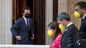 Pere Aragonès, el candidato de ERC, con unos diputados de JxCat en primer plano