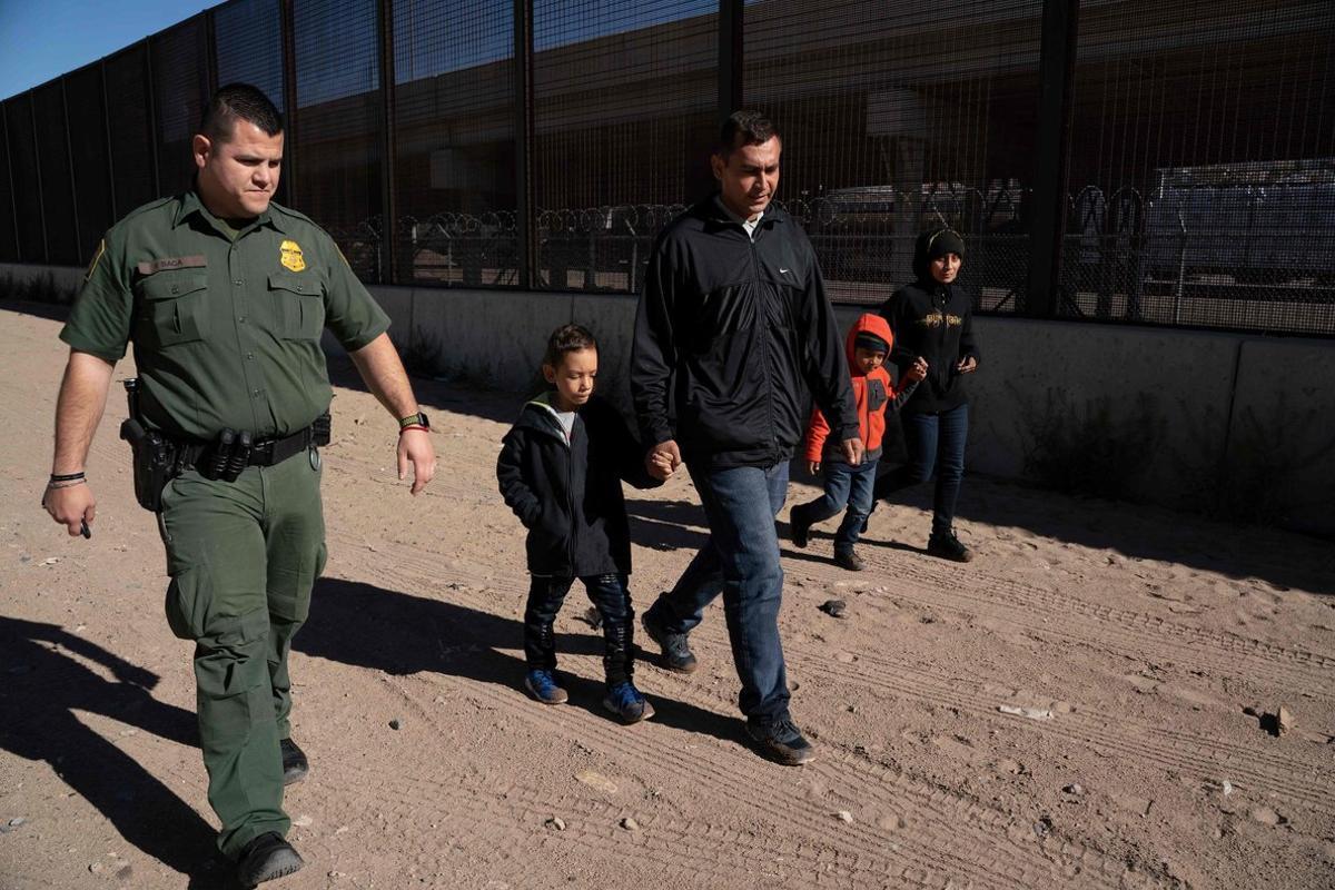 La Patrulla Froteriza de los EEUU detiene a menores de edad que viajan solos.