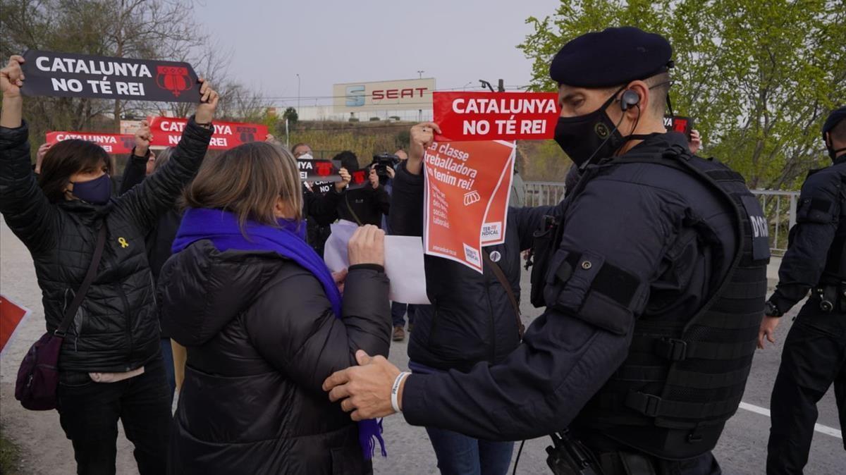 Protestas por la visita del Rey y Pedro Sánchez a la Seat en Martorell.