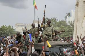 Bamako (Mali), 18/08/2020.- Malians cheer as Mali military enter the streets of Bamako, Mali, 18 August 2020. Local reports indicate Mali military have seized Mali President Ibrahim Boubakar Keïta in what appears to be a coup attempt. (Golpe de Estado) EFE/EPA/MOUSSA KALAPO