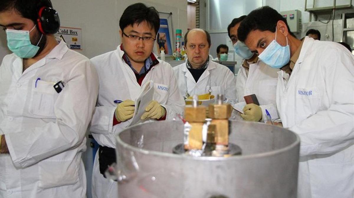 Inspectores de la Agencia Internacional de Energía Atómica y técnicos iraníes desconectan en el 2014 las conexiones entre dos cascadas de producción de uranio enriquecido.