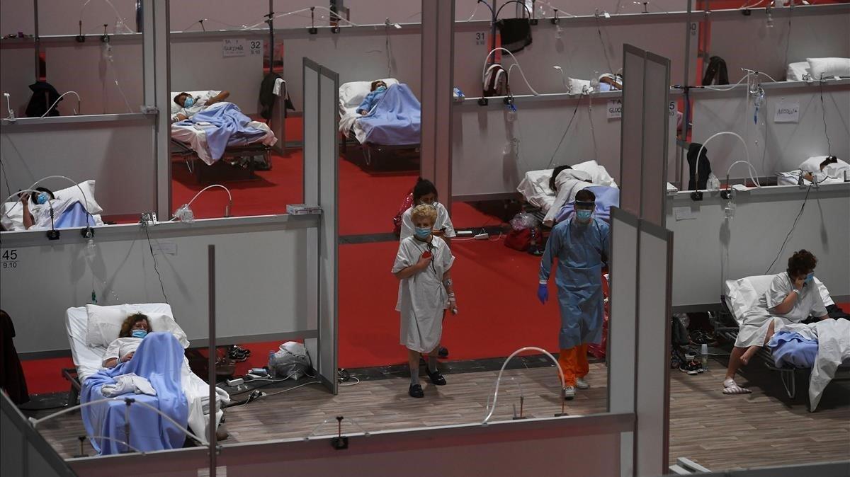 Varios pacientes infectados de covid-19, alojados en las instalaciones de Ifema de Madrid