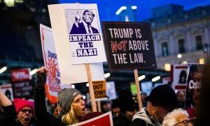 Manifestantes reclaman el 'impeachment' para Trump en una protesta en San Francisco.