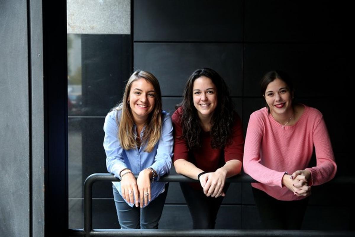 Tres jóvenes que participaron en un debate sobre la juventud organizado por Entre Todos.