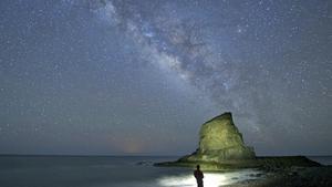 TUINEJE FUERTEVENTURA - En el cielo nocturno de Fuerteventura, la Via Lactea asoma en la playa de El Roque  dentro del monumento naturalCuchillos de Vigan