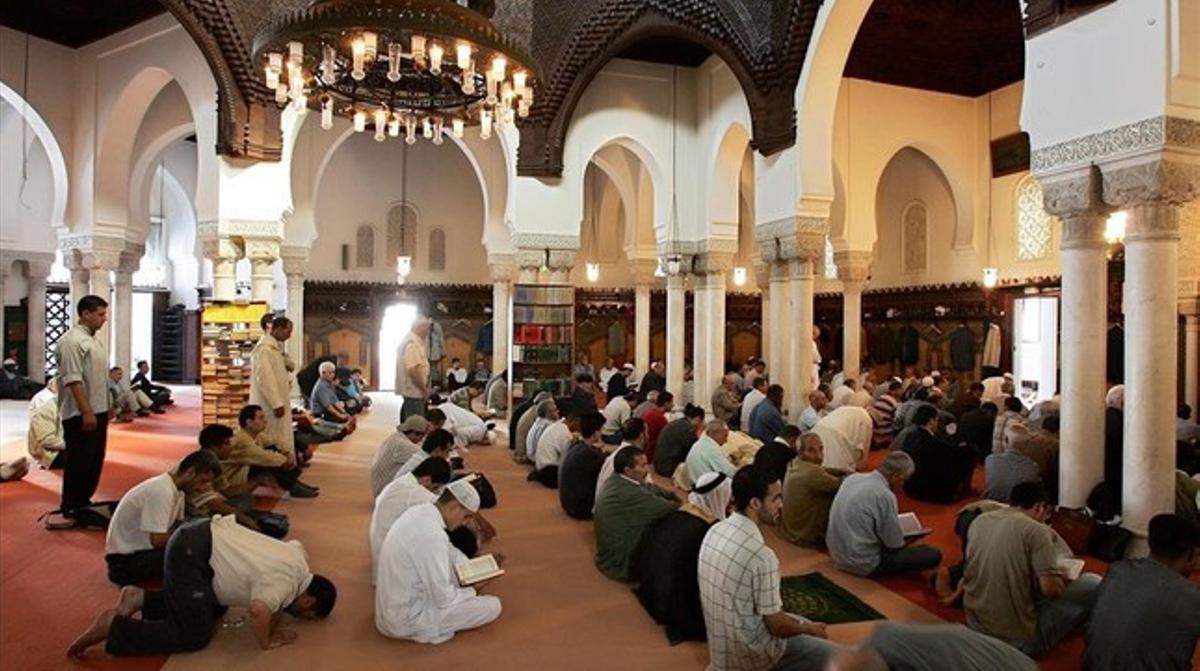 Rezo musulmán en la gran mezquita de París.